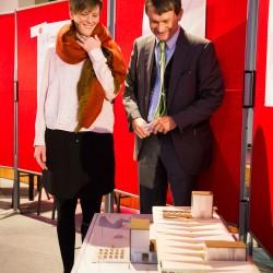 Johanna Uhland am Modell mit Dr. Konrad Hummel (Foto: Andreas Henn)