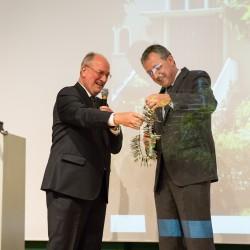 Herr Kunze (BImA) überreicht Oberbürgermeister Dr. Peter Kurz die Schlüssel zu FRANKLIN (Foto: Andreas Henn)