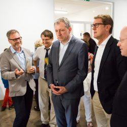Peter Wellach erläutert Dr. Konrad Hummel, Oberbürgermeister Dr. Peter Kurz, Bürgermeister Michael Grötsch & Dr. Winfried Rosendahl die Ausstellungskonzeption (v.l.n.r.) (Foto: Andreas Henn)