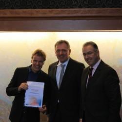 Dr. Peter Kurz überreicht Winy Maas die Urkunde für den ersten Platz bei der Besucherumfrage
