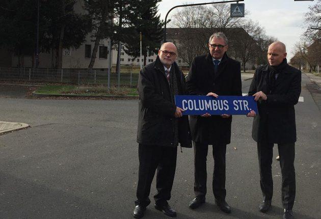 Übergabe von Columbus: Michael Scharf, Oberbürgermeister Dr. Peter Kurz & Geschäftsführer MWSP Achim Judt (v.l.n.r.)