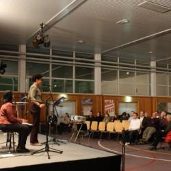 Sängerin Lisa Tuyala und die Perkussionistin Cris Gavazzoni stimmen in den Abend ein.