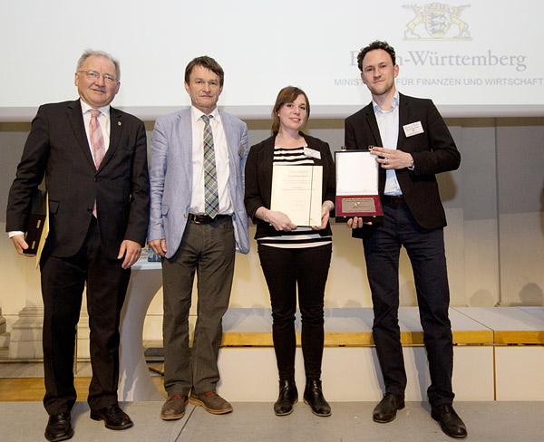 Dr. Konrad Hummel, Lisa Brandstetter und Michael Paak (MWSP) nehmen den Anerkennungspreis entgegen.