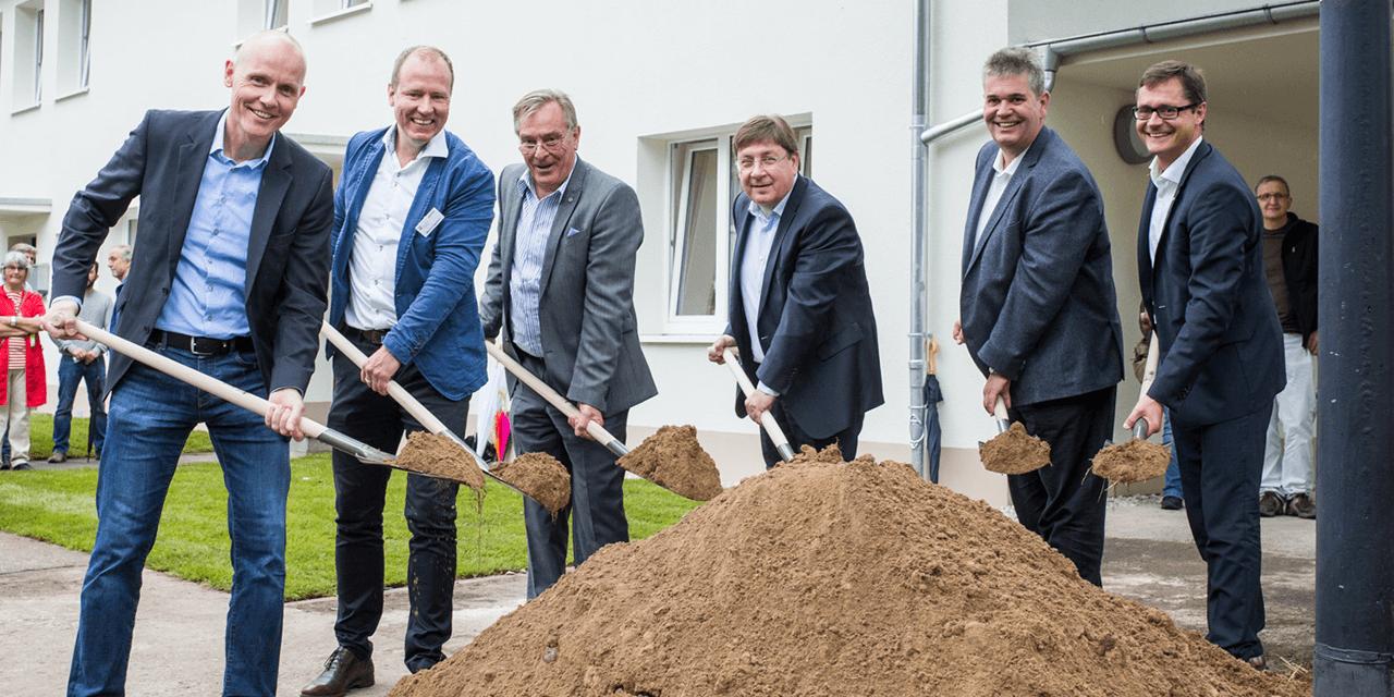 Spatenstisch: Achim Judt (MWSP), Markus Hagedorn & Albert Sahle (Ihr Haus Sahle), Baubürgermeister Lothar Quast, Carsten Südmersen (CDU) & Ralf Eisenhauer (SPD) (v.l.n.r.) (Foto: Andreas Henn)